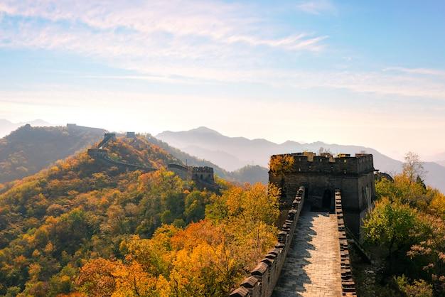 Grote muur van china in kleurrijke herfst seizoen tijdens zonsondergang in de buurt van beijing, china.