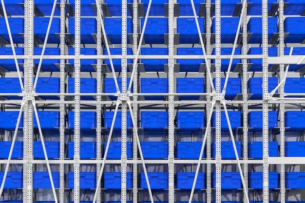 Grote muur van grote blauwe plastic containersstapels