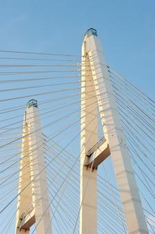 Grote obukhovsky-brug (tuibrug) over de neva-rivier, st. petersburg, rusland