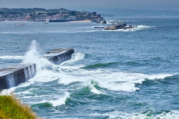 Grote oceaangolven die breken over de dijk van saint jean de luz in frankrijk