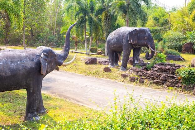 Grote olifanten met opgeheven slurf lopen door de groene jungle
