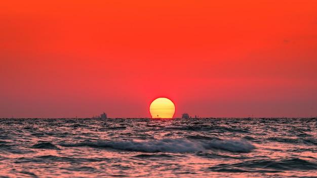 Grote ondergaande zon.