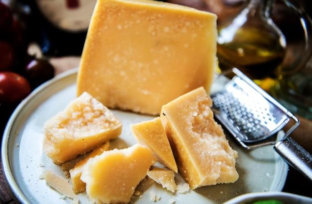 Grote parmezaanse kaas op een bord