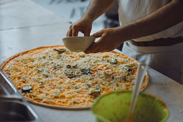 Grote pizza koken