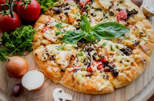 Grote pizza op een houten tafel. restaurant.