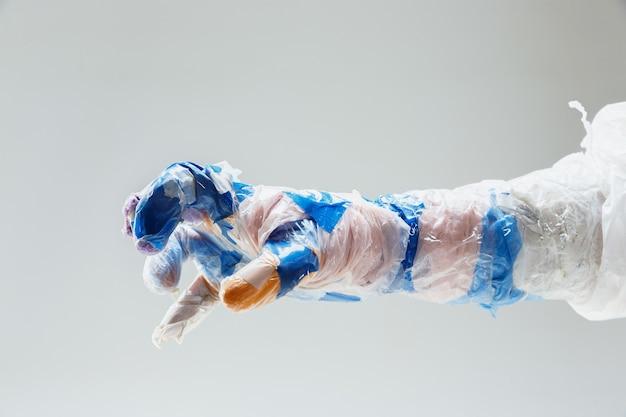 Grote plastic hand gemaakt van afval op wit