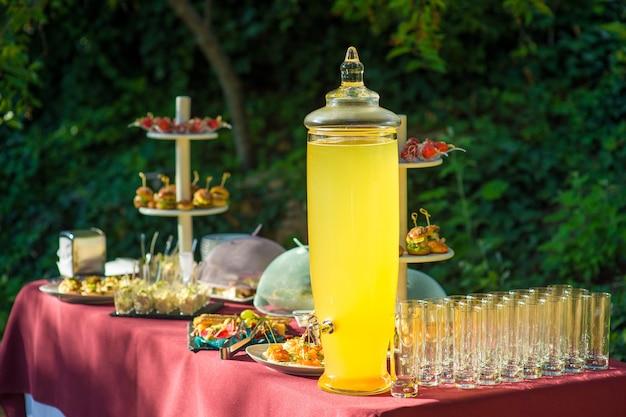 Grote pot limonade op de cateringtafel.