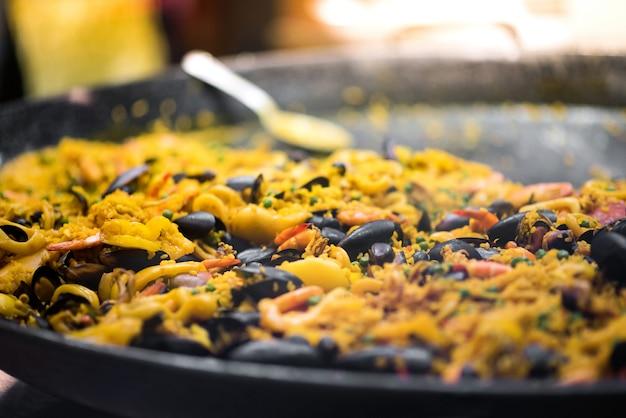 Grote pot vers gekookte paella
