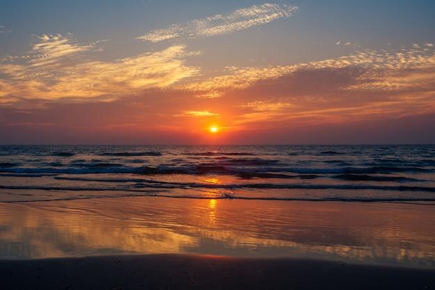 Grote prachtige zonsondergang in de indische oceaan