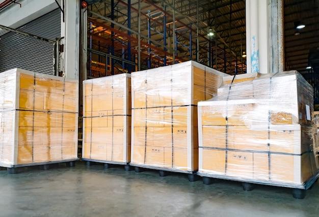 Grote producten op pallets in magazijnen