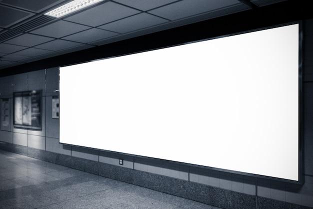 Grote reclameaanplakborden in metro