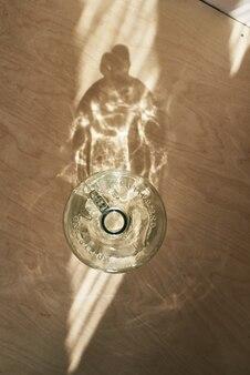 Grote recycle grote glazen wijnfles bovenaanzicht met reflectie
