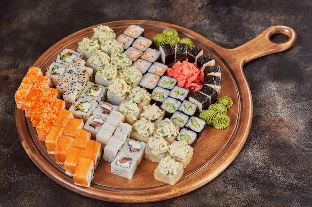 Grote reeks japanse makibroodjes van voedselsushi