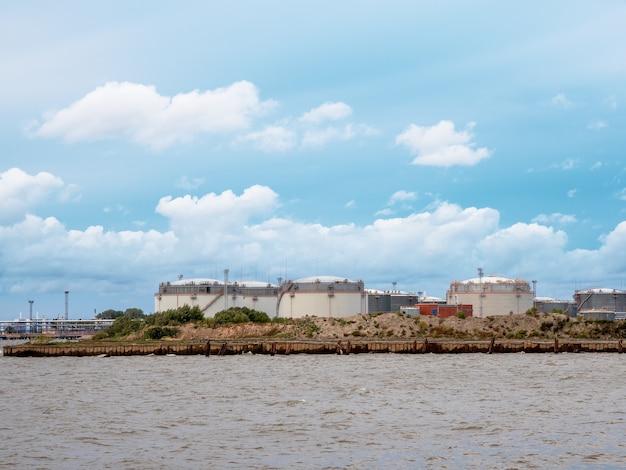 Grote reservoirs op het eiland tankboerderij olie- en gasterminal in sint-petersburg