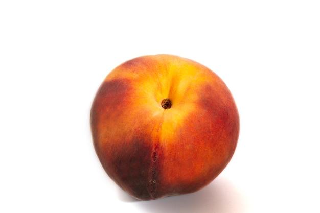 Grote rijpe perzik geïsoleerd op een witte