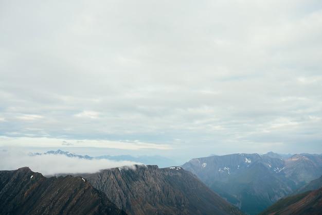 Grote rockies en gigantische besneeuwde bergen.