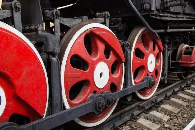 Grote rode wielen van oude stoommachine Premium Foto