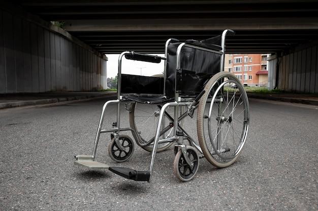 Grote rolstoel. rolstoelconcept, gehandicapte, vol leven, verlamd, gehandicapte.