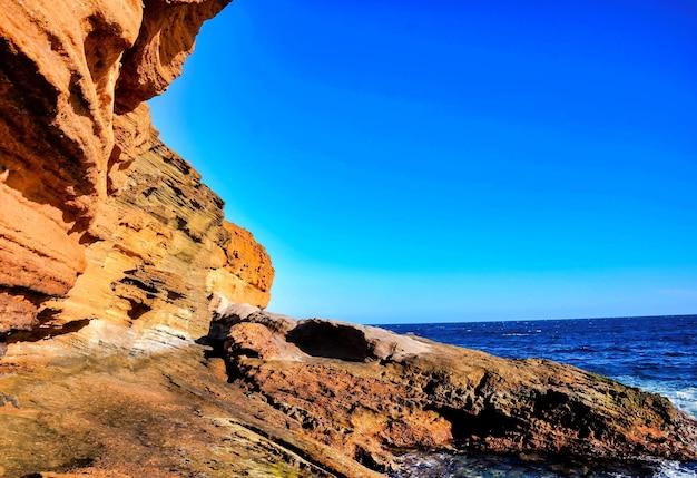 Grote rotsen op het lichaam van de zee op de canarische eilanden