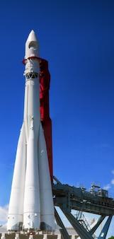 Grote ruimteraket op lanceerplatform