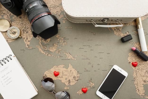 Grote samenstelling met reizen objecten en notebook op een hoek