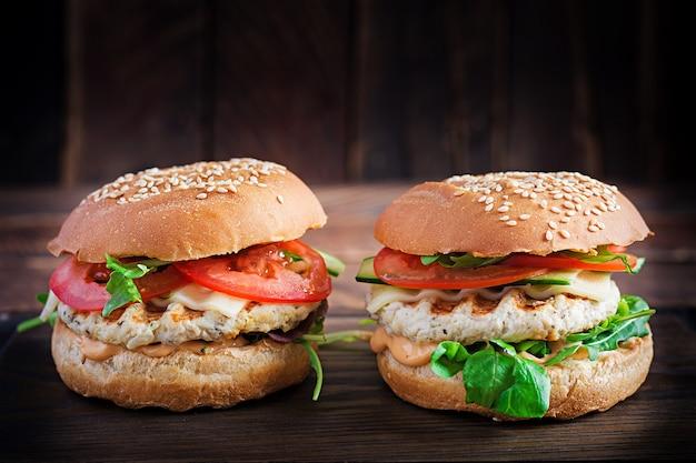 Grote sandwich - hamburgerburger met kalkoenvlees, tomaat, komkommer en sla
