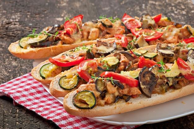 Grote sandwich met geroosterde groenten (courgette, aubergine, tomaten) met kaas en tijm