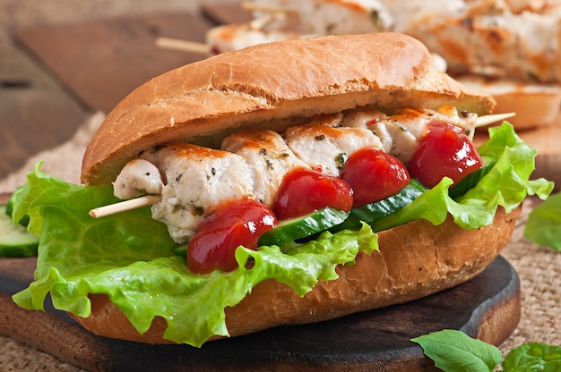 Grote sandwich met kip kebab en sla