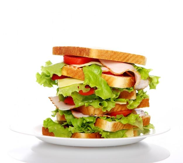Grote sandwich op het bord