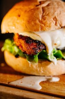 Grote sappige hamburger op een snijplank
