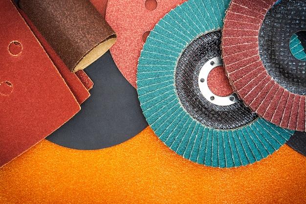 Grote set schuurgereedschappen en schuurpapier voor het reinigen of slijpen van producten