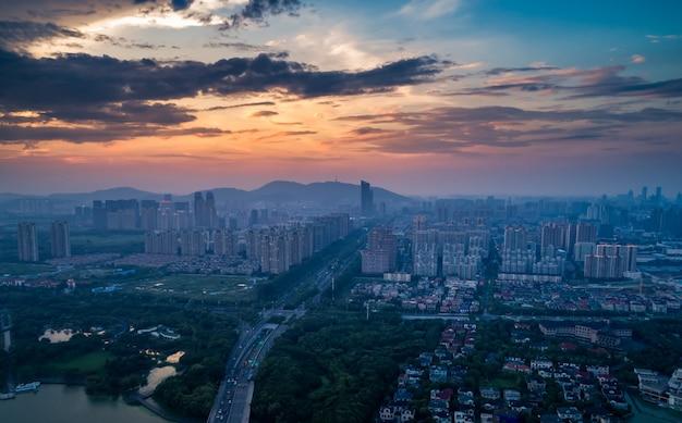Grote skyline van de stad met stedelijke wolkenkrabbers bij zonsondergang achtergrond.