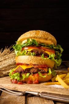 Grote smakelijke hamburger met rundvlees en gebakken aardappelen.