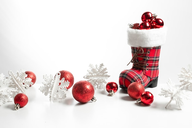 Grote sneeuwschoenlaarzen en glitter glans bal voor vrolijk kerstseizoen groet concept