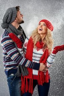 Grote sneeuwstorm rond het paar