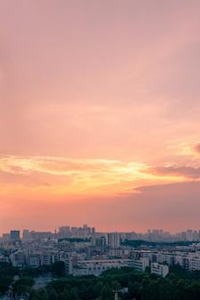 Grote stad bij zonsondergang