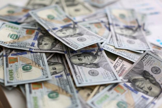Grote stapel amerikaans geld liggend in willekeurige volgorde