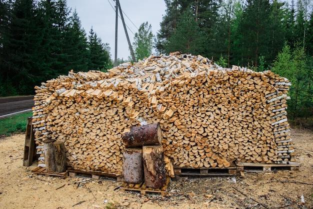 Grote stapel gehakt brandhout opgevouwen