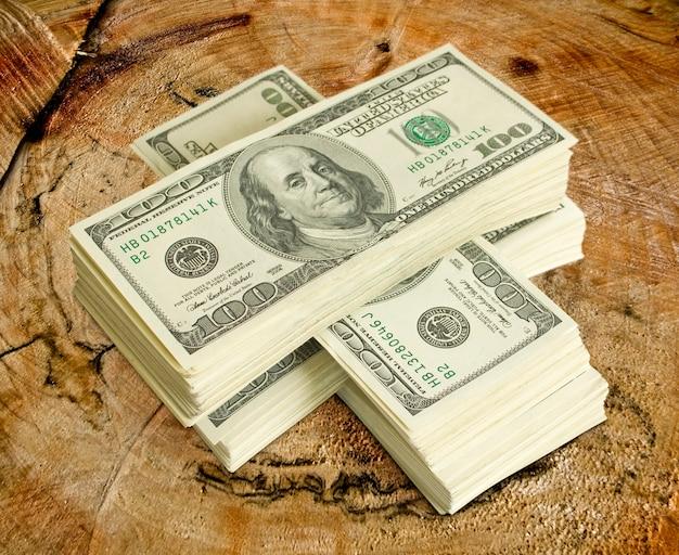 Grote stapel geld. dollars over wit
