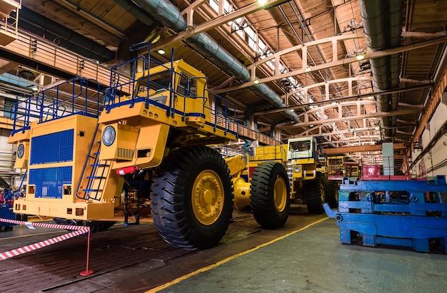 Grote steengroeve dumper. kolen laden in carrosserie vrachtwagen. mijnbouwmachines voor vrachtwagens, om steenkool van open pit te vervoeren als de steenkool. productie nuttige mineralen.