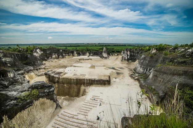 Grote steengroeve in indonesië madura eiland goa kapur met witte rots
