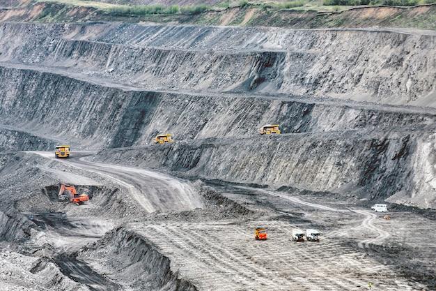 Grote steengroeve met vele horizonten en richels. kolenwinning met een hydraulische graafmachine.