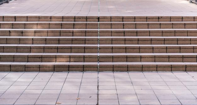 Grote stenen trap vaak gezien bij het bouwen Premium Foto