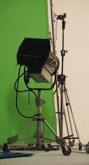 Grote studiolichtapparatuur voor professionele filmvideo- of fotofilmopnamen en schermachtergrond.
