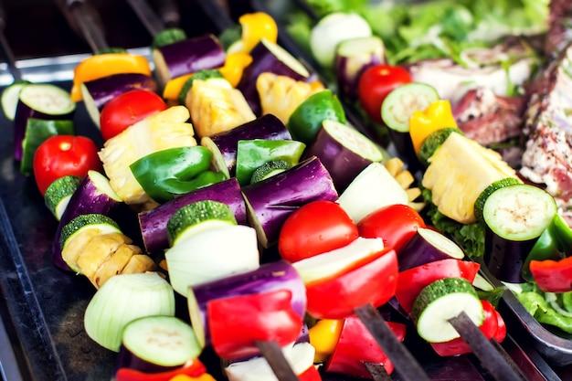 Grote stukken verschillende gegrilde groenten