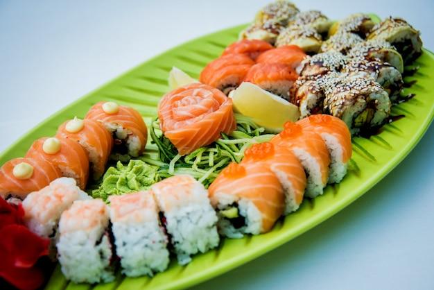 Grote sushi ingesteld op de groene plaat.