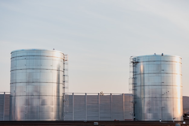 Grote tanks voor opslag van vloeistoffen bevinden zich in de buurt van de spoorweg