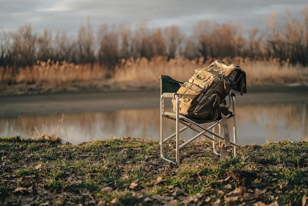 Grote toeristische tas op klapstoel reizen vissen meer natuur