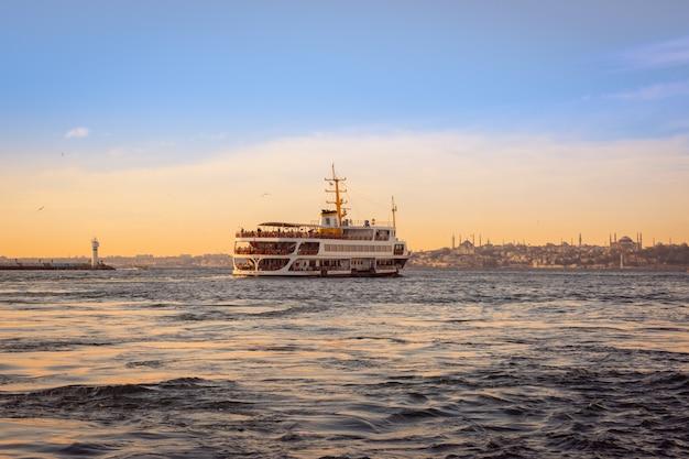Grote traditionele passagiersveerboot die op istanboel bosporus vaart
