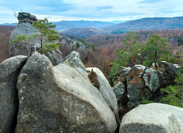 Grote verheven stenen in herfstbos skeli dovbusha, ivano frankivsk region